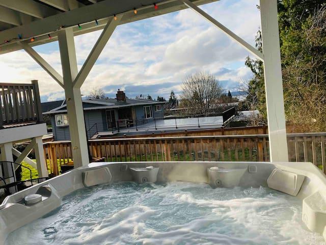 2 Bedroom Apt w/ Hot Tub Walkable to Edmonds