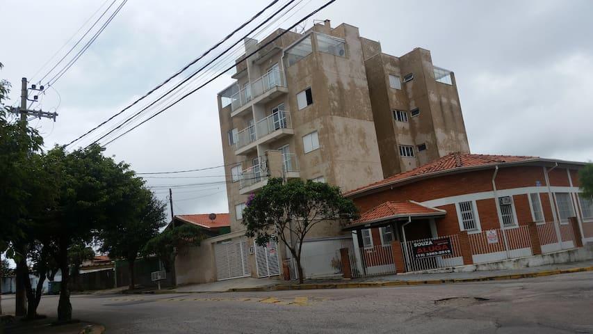 Apartamento mobiliado, bem localizado.