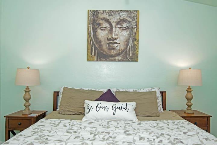 ☯ King Bed Zen Hideaway ☯ Minutes to Beach ☼