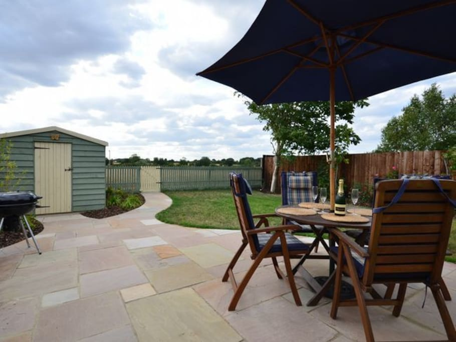 Enclosed garden with patio & garden furniture