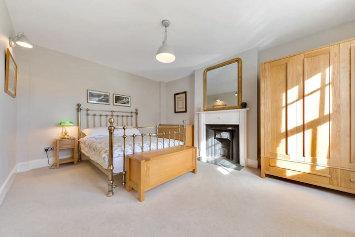 Large and luxurious private double, in Balham.