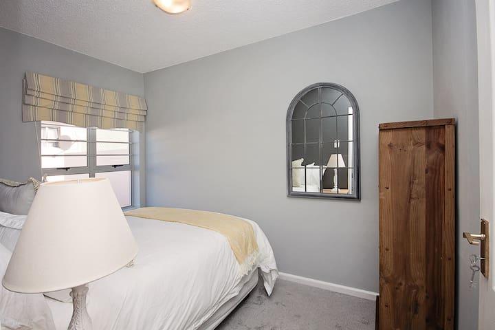 Deluxe Queen size bed in 2nd bedroom