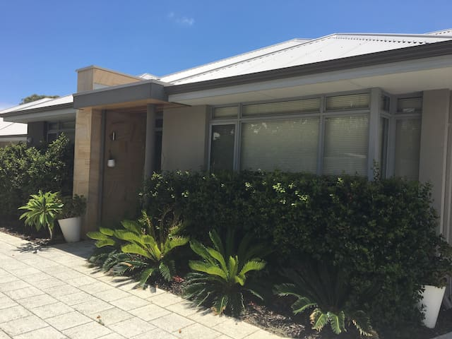 new beach home, close to everything - Scarborough - Huis