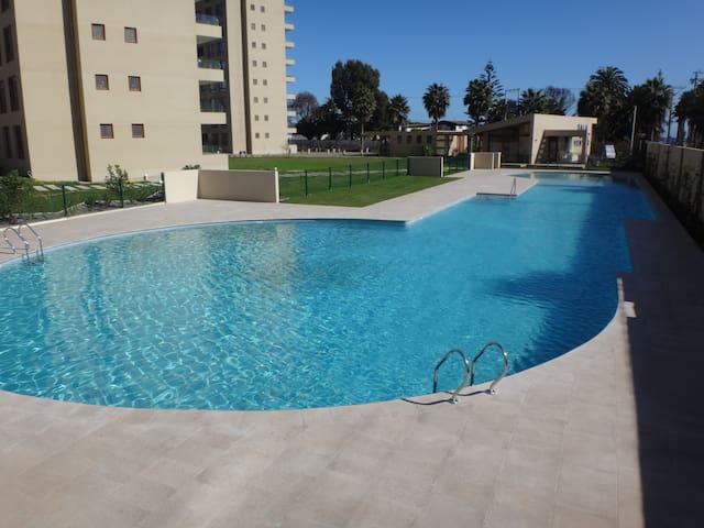 Linda piscina al aire libre