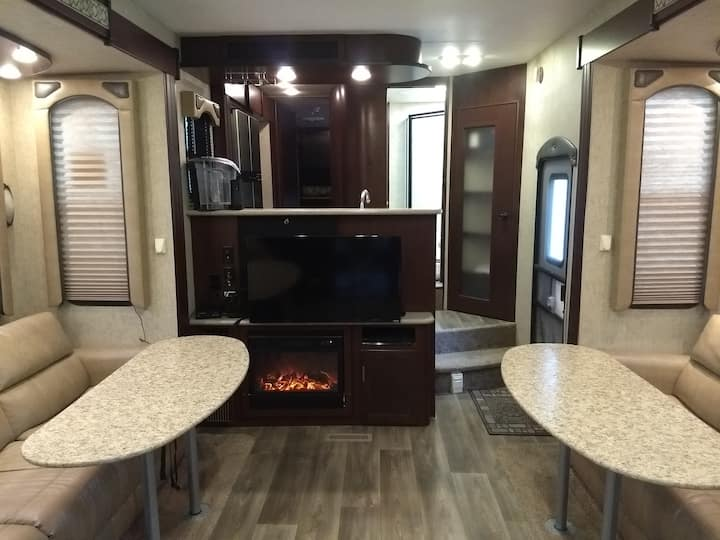 42ft Luxury RV with Hot Tub 10 min to Silverwood