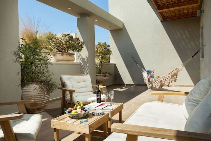 Sophisticated 3BR Penthouse in Jaffa's market