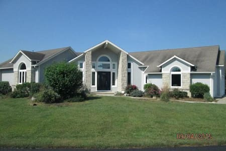 Contemp home w pool/spa & privacy on 22 acres - Edwardsville - Дом