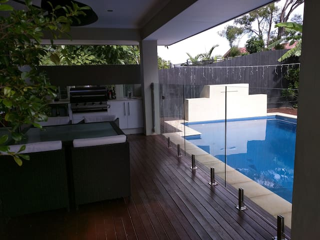 Private room, pool, 7km to airport - Banyo - Hus