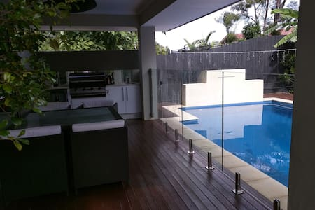 Private room, pool, 7km to airport - Banyo - House