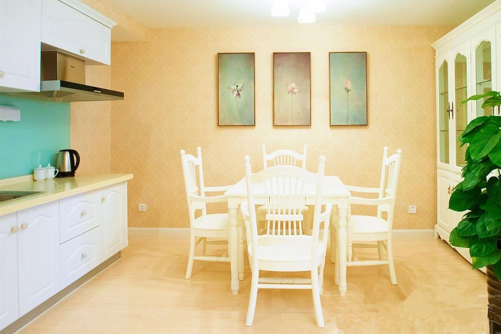 开放式厨房,简洁明亮的餐厅,让您在慵懒的旅程中可以亲手制作美味的简餐,或者与朋友围坐一起享受闲暇的午后时光!