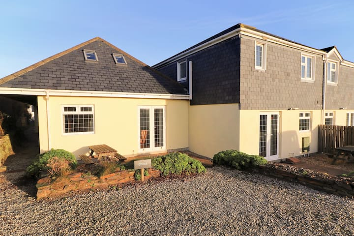 Attractive cottage 200m from the beach