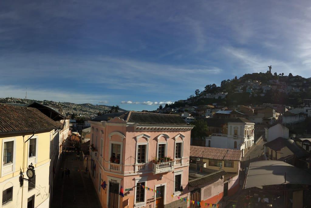 Vista del Panecillo con Quito a sus pies.
