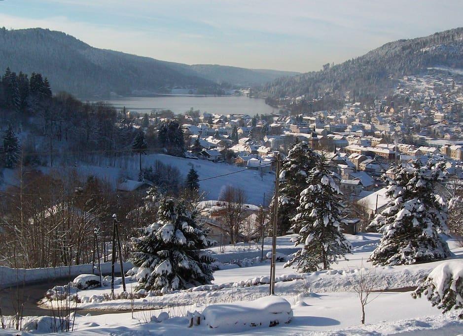 La vue sur la vallée de Gérardmer en hiver à partir du balcon.