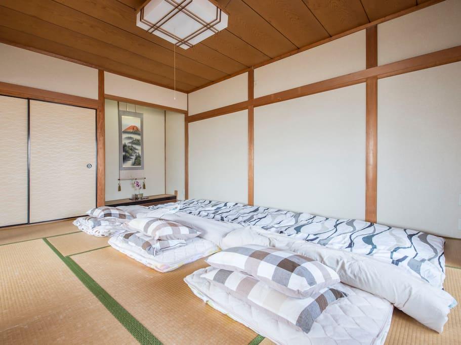10畳の部屋で広々と、お休みになれます。