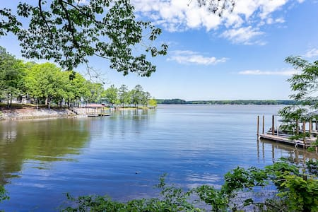 Quick Retreat on serene Lake Wateree