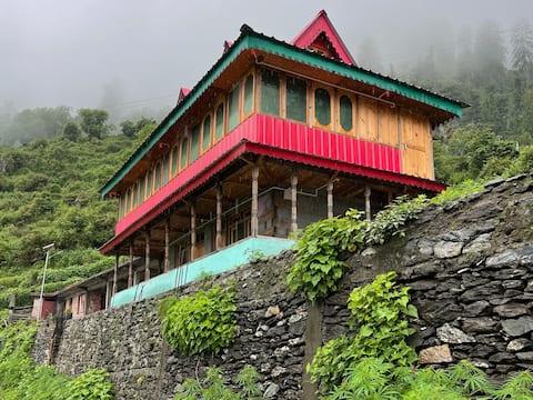 OrangUtan Homestay -A Himalayan wood house n woods