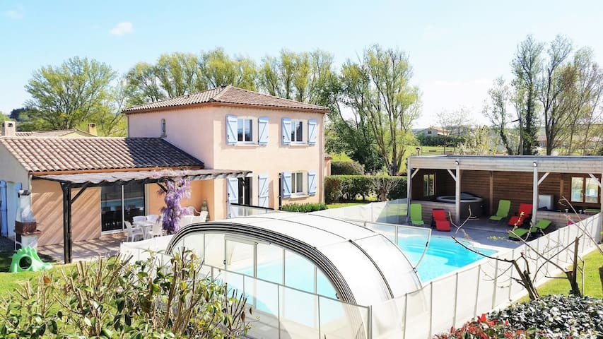 Gîte de Fontvieille: piscine chauffée et jacuzzi - Brugairolles - Huis
