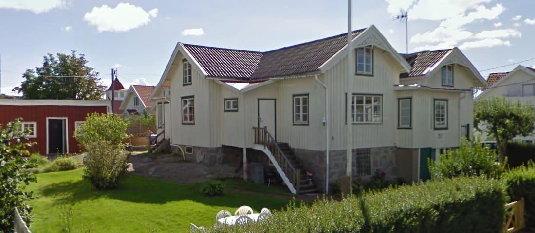 Del av hus i Bleket på Tjörn, 300 meter från havet