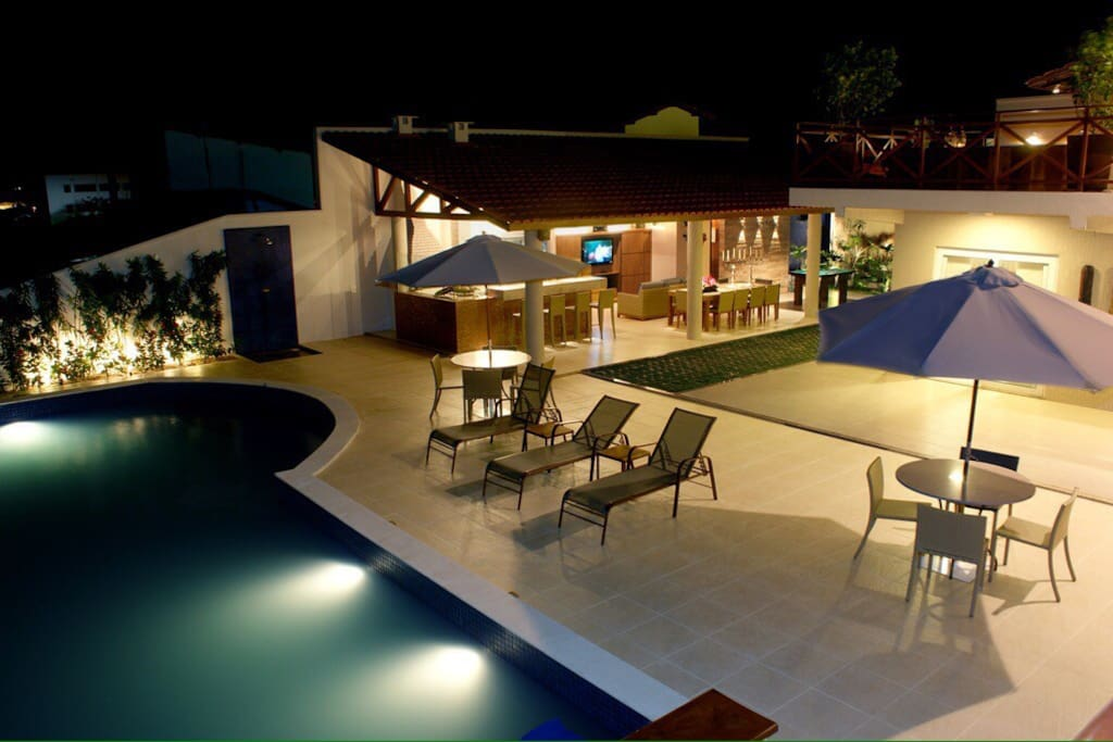 Vista noturna do Deck e piscina