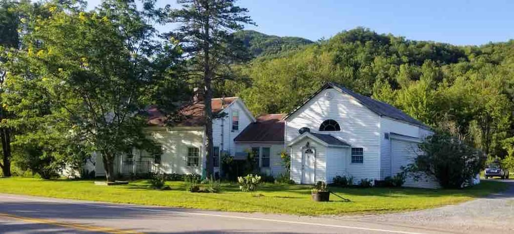 Cozy apartment minutes from Bolton Valley Resort