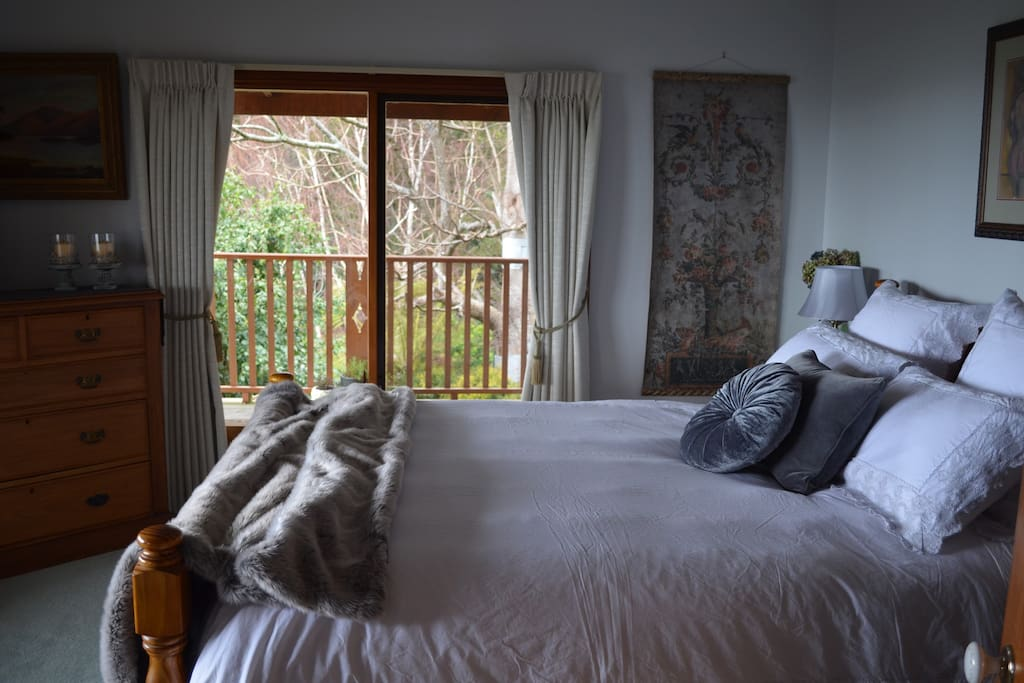 The Queen Deluxe bedroom offers luxe comfort and classic styling with quality bedding, an electric blanket, bedside lamps and incredible front and side views of the garden, valley and mountains. There is plenty of storage, space and warmth.  If you enjoy luxury, antique, vintage appeal then this will delight you....