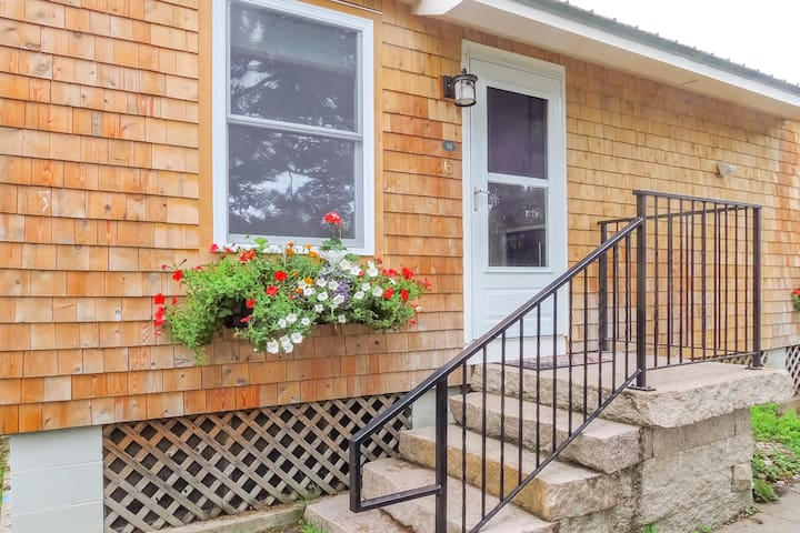 Adorable cottage w/ shared hot tub & pool + ocean access - close to everything!