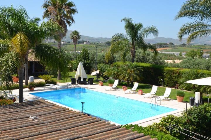 Bellissima villa con giardino e grande piscina