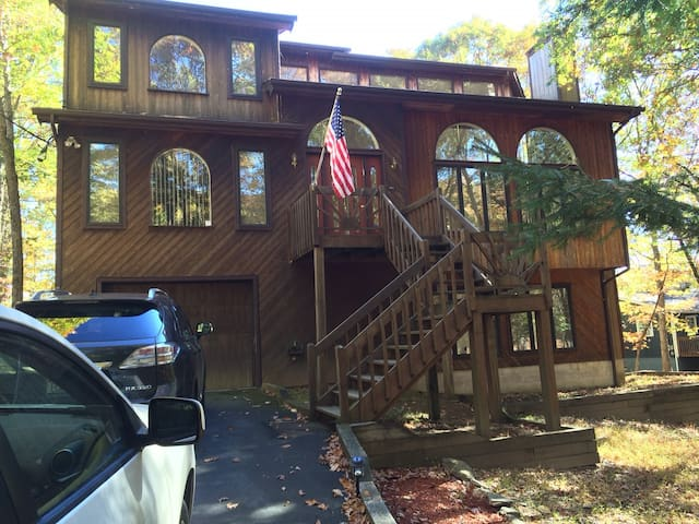 4BR/4BA Pocono,  LAKEFRONT, SAUNA, Fireplace wood - East Stroudsburg - House