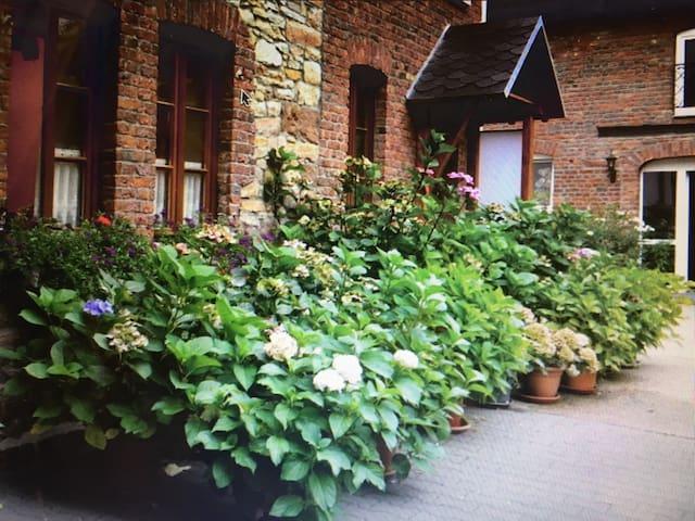 Große, helle Wohnung auf gepflegtem Bauernhof - Düren - Apartamento