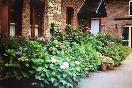 Große, helle Wohnung auf gepflegtem Bauernhof - Düren - アパート