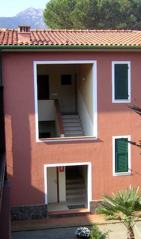 Beautiful Studio Apartment in Central Location with Air Conditioning, Wi-Fi & Balcony; Pets Allowed, Parking Available