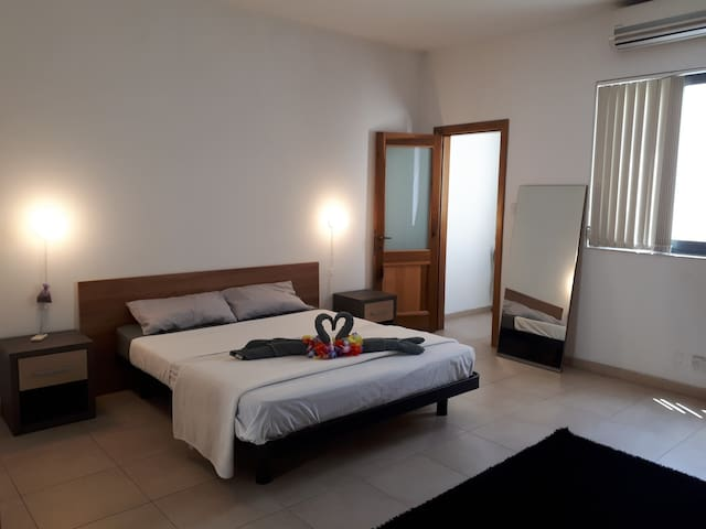 Double bedroom with private bathroom close to sea