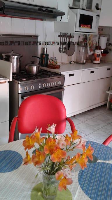 Cocina con todos los utensilios y refrigeradora
