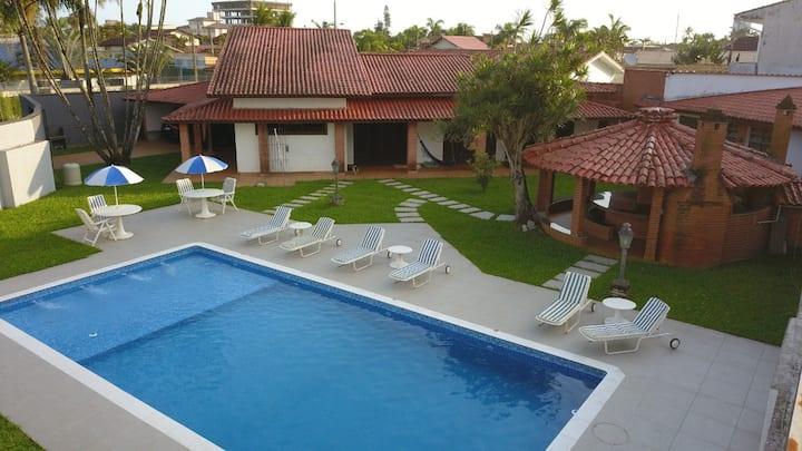 Casa com Piscina e Churrasqueira, próxima a Praia