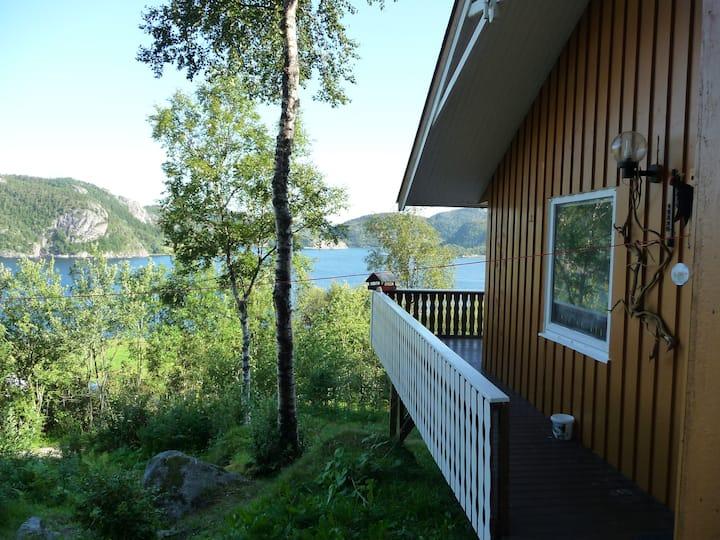 Hütte am Fjord auf Nubdalseng Gård.