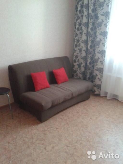 Удобное спальное место с постельными принадлежностями