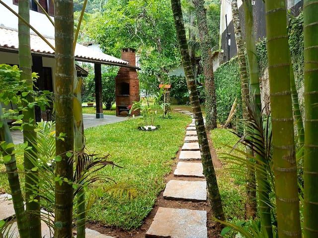 Casa Charmosa em Condomínio Fechado em Boiçucanga