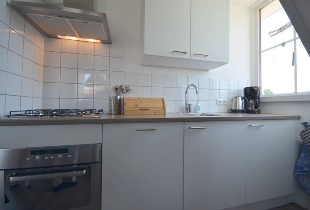 De keuken is van alle gemakken voorzien, zoals een vaatwasmachine en een combi-magnetron. Ook mogen de waterkoker, koffiezetapparaat en uitgebreid keukengerei niet ontbreken.