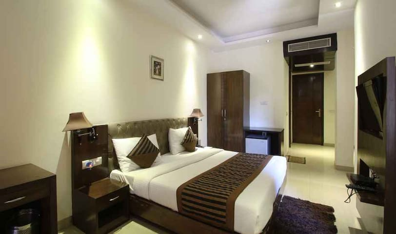 Min. Price Best roomm DLF City-2 Room in Gurgaon