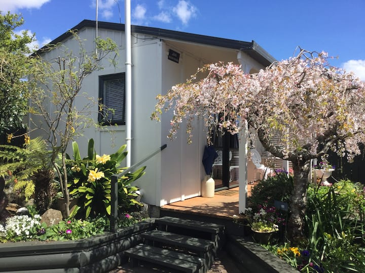 Little Montrose - a sunny, quiet garden studio.