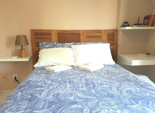 Suíte: cama de casal e mesa de estudos