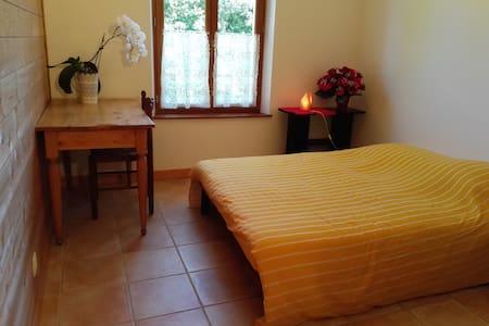 Chambre double, salle d'eau et wc privé. - Saint-Antoine-l'Abbaye - Hus