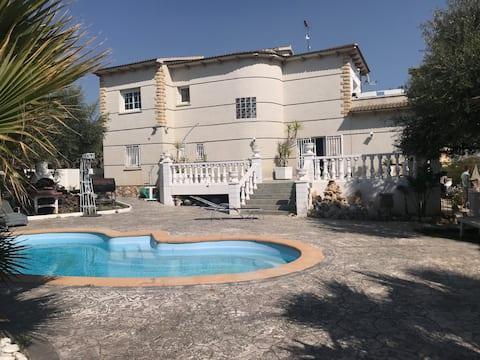 Villa con piscina y jardín privado de 1200 m2.