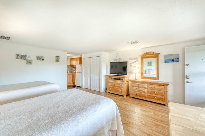 A shared pool, tennis courts, golf, beaches, and more await you at this condo