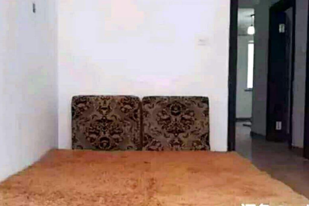 卧室1   大双人床垫1.8x2m ,朝南有窗户