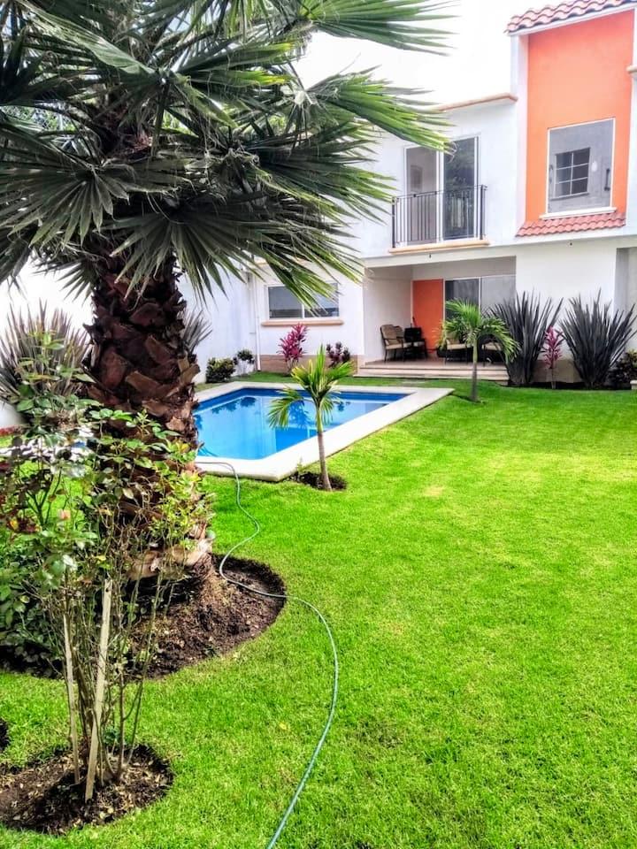 Moderna Casa equipada con alberca privada y jardín