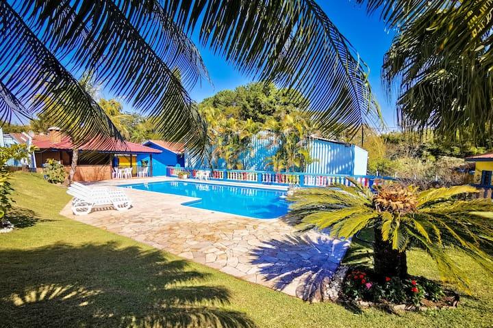 Belíssima e ampla chácara com piscina climatizada!