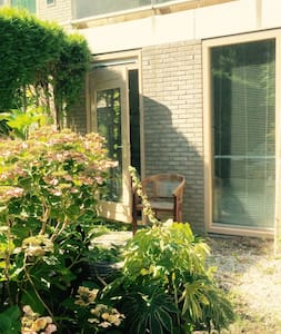 Laid back splitlevel townhouse with garden - Amsterdam-Zuidoost - Stadswoning