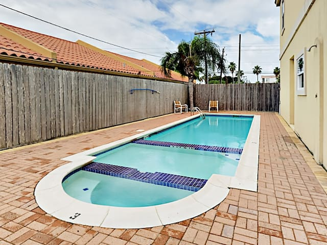 2BR Condo w/ Pool - Walk to Beach