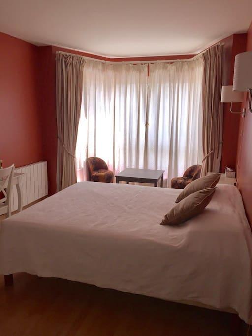 Une suite avec chambre spacieuse et salle de bain